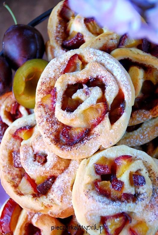 Drożdżowe ślimaczki ze śliwkami i cynamonem
